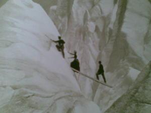 P. 111 Anonyme: traversée d'une crevasse, massif du Mont Blanc, fin XIXe siècle (Bibliothèque municipale de Grenoble), détail.